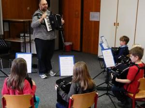 'Wir spielen Akkordeon' - erster Tag in der Brückleackerschule (07.02.14)